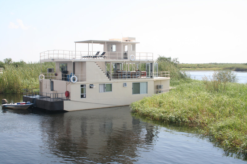 houseboat-safaris-on-the-river-chobe