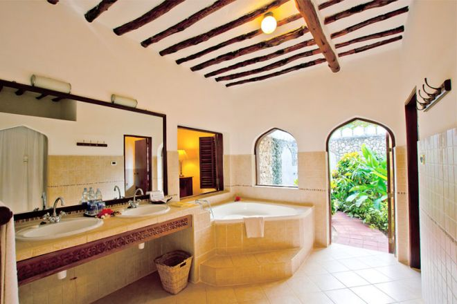 Bluebay Beach Resort & Spa junior suite bathroom